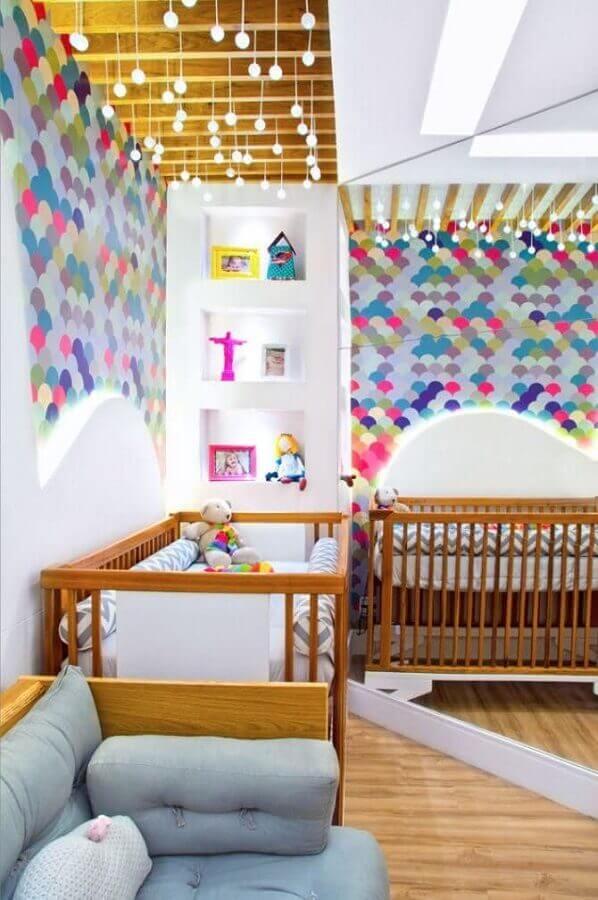 papel de parede colorido para quarto de gêmeos com berço de madeira Foto Classy World