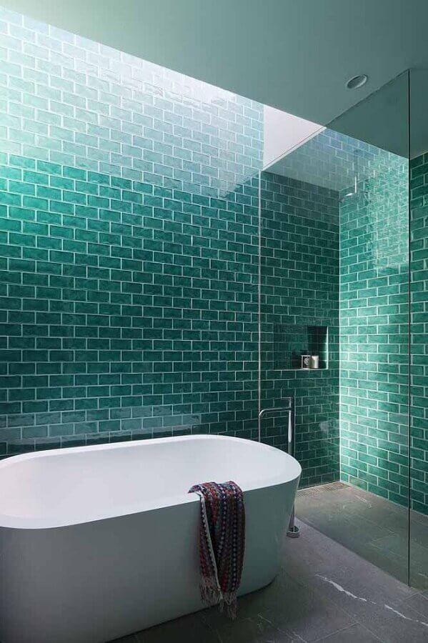 parede verde água para decoração de banheiro com banheira Foto Livin Spaces