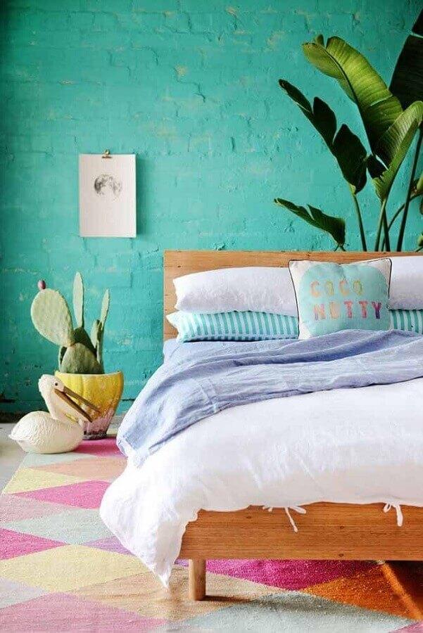 parede verde água para decoração de quarto com tapete colorido e cama de madeira Foto Archzine