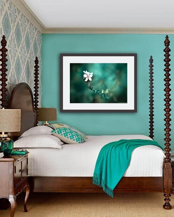 parede verde água para decoração de quarto de casal com cama de madeira e papel de parede Foto Etsy