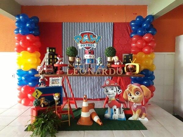 Mesa cavalete para decoração de festa patrulha canina