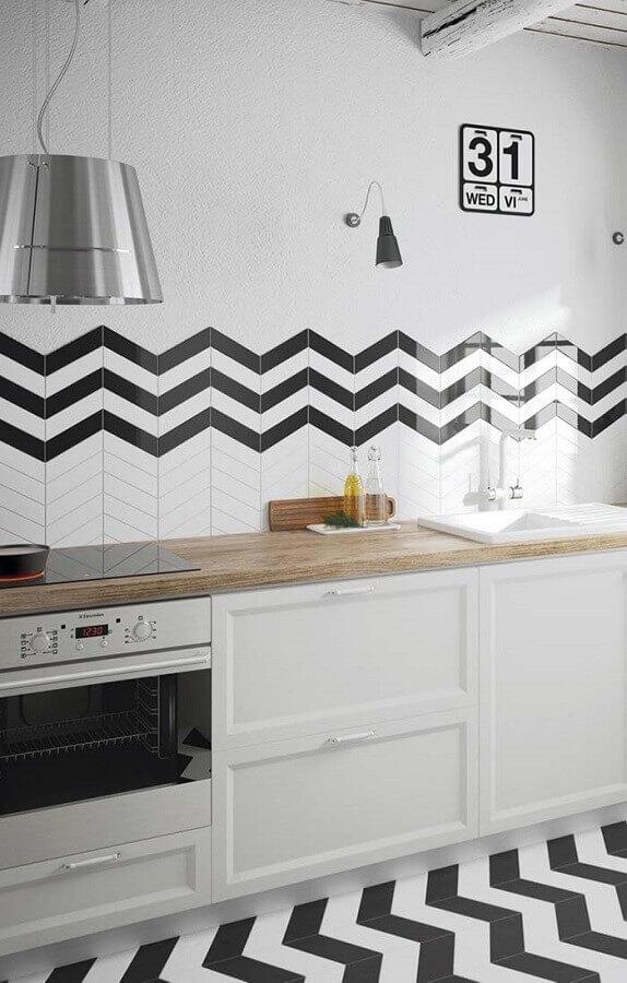 piso para cozinha preto e branco com desenho de zig zag Foto Pinosy