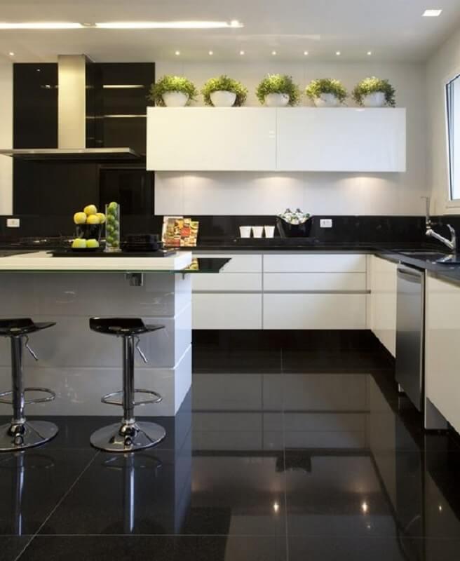 piso para cozinha preto e branco decorada com vasinhos sobre armário aereo Foto Christina Hamoui