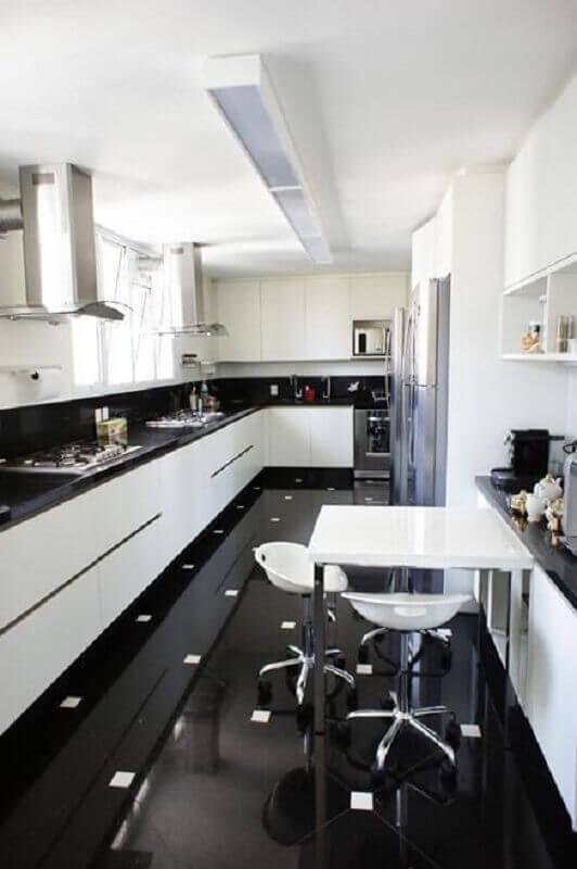 piso para cozinha preto e branco moderna com armários planejados Foto Ornare