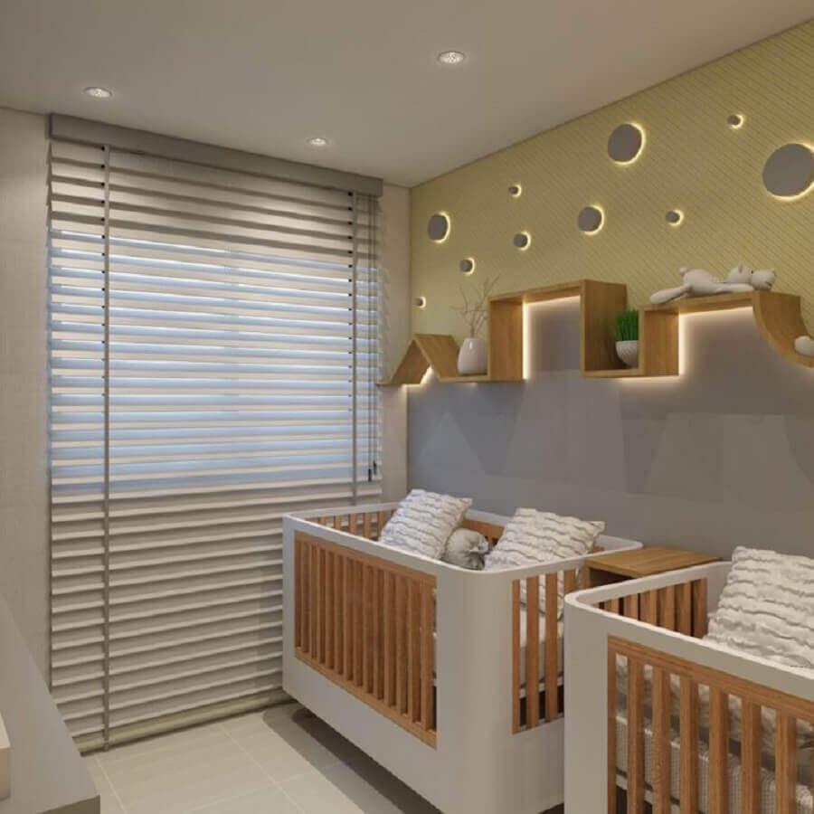 prateleira diferente para quarto de gêmeos cinza e amarelo Foto Samara Gosson Arquiteta e Urbanista