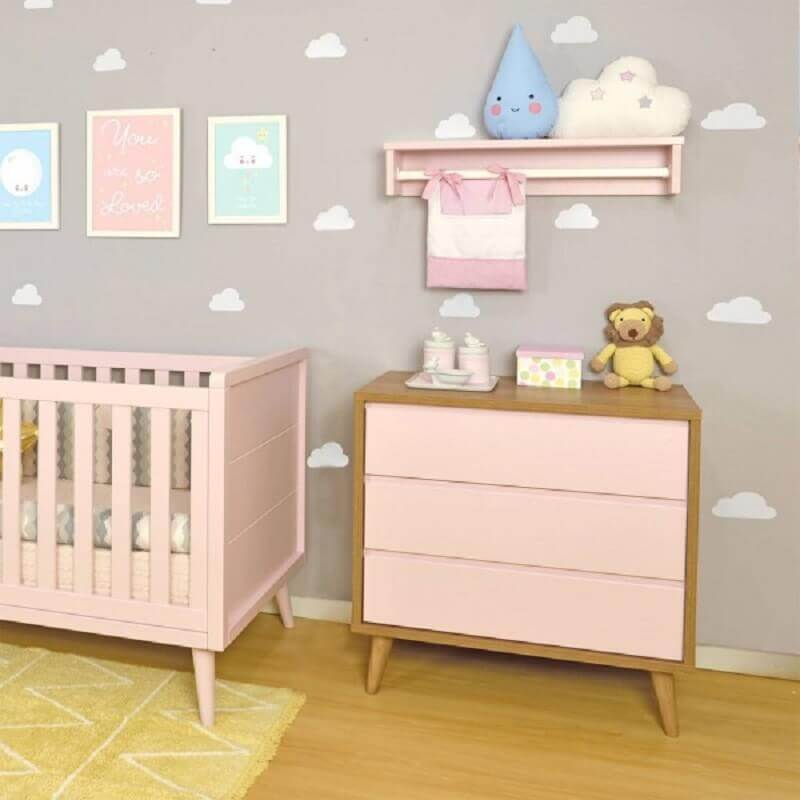 prateleira com varão para quarto de bebê cinza e rosa decorado com papel de parede de nuvem Foto InterCasa Moveis