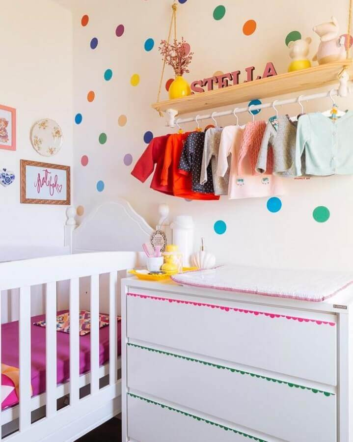 prateleira de madeira com varão para quarto de bebê todo branco decorado com adesivos de bolinhas coloridas Foto Blog da Giovanna