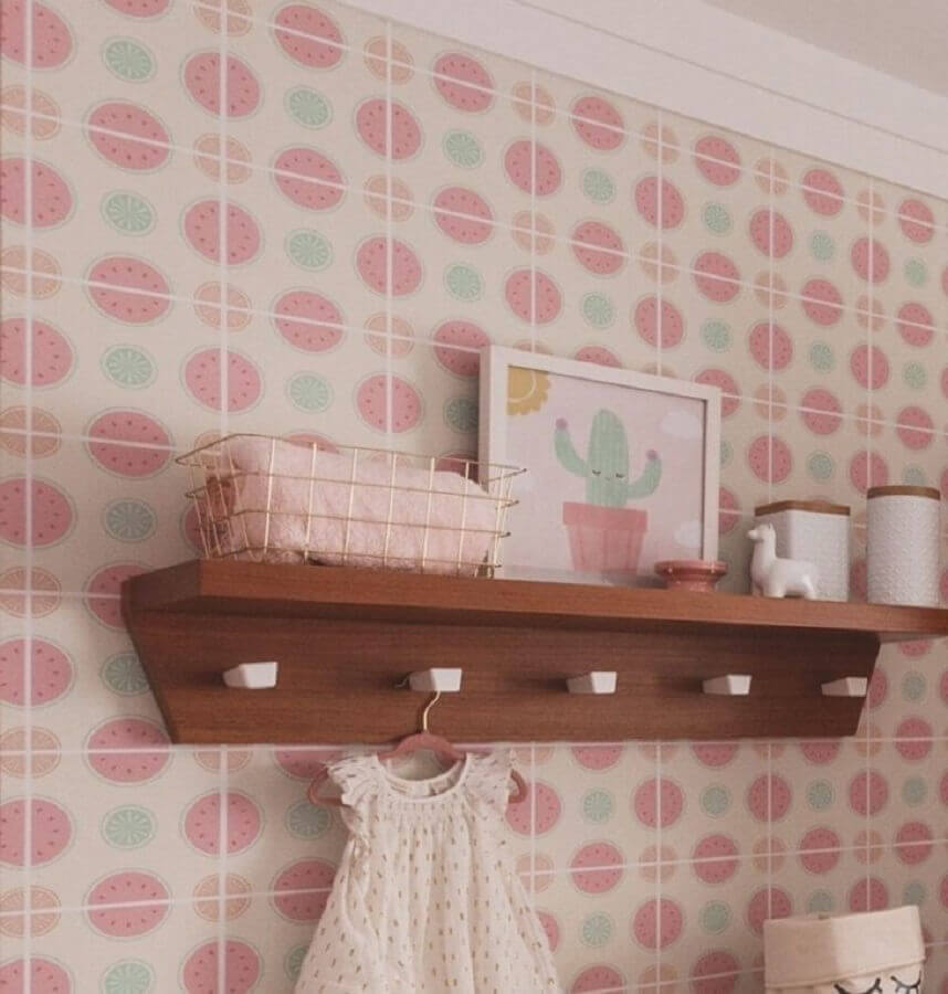 prateleira de madeira para quarto de bebê com ganchos Foto Zozu