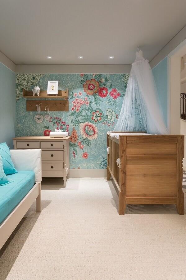 prateleira de madeira para quarto de bebê decorado com papel de parede floral Foto Elo7