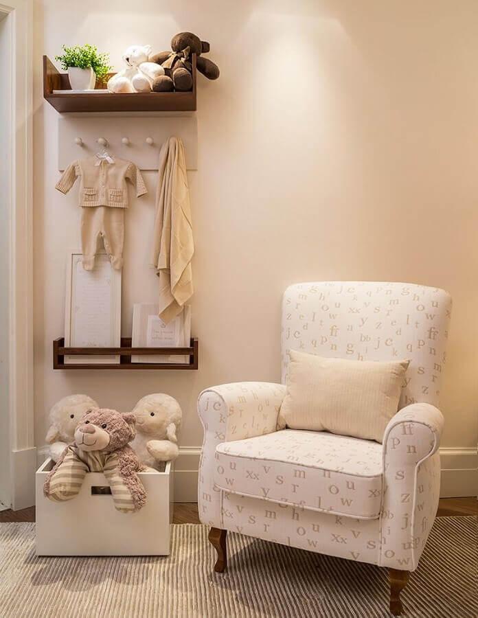 prateleira de madeira para quarto de bebê decorado em tons de bege Foto Constance Zahn