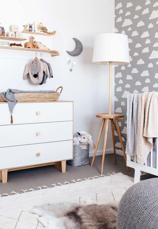 prateleira de madeira para quarto de bebê para decoração de quarto com papel de parede cinza com estampa de nuvem Foto Baby Shoes