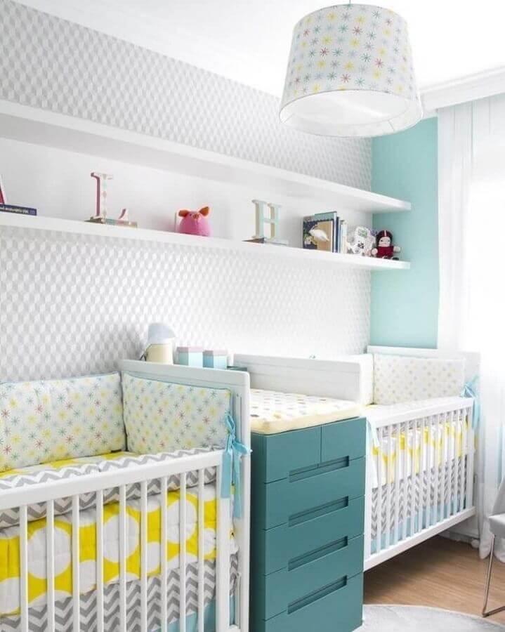 prateleira para quarto de bebê decorado com cômoda verde e papel de parede Foto Anna Parisi Arquitetura