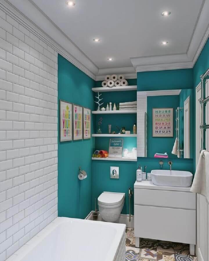 quadrinhos decorativos para banheiro verde água e branco com banheira pequena Foto FrenchIdees