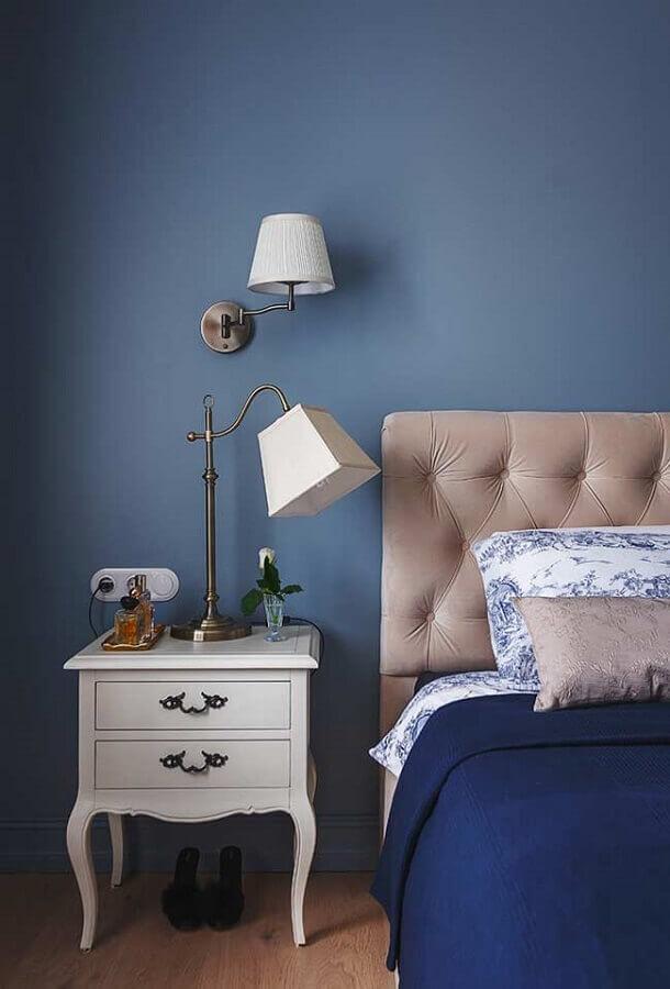 quarto azul decorado com criado mudo com design retrô Foto HomeDecor