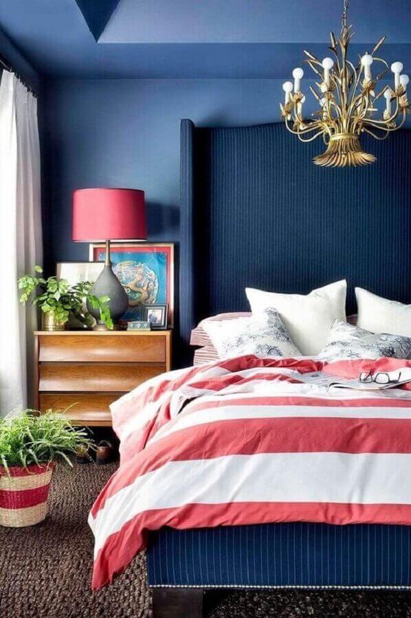 quarto azul e rosa decorado com criado mudo de madeira e lustre dourado Foto 7 Bedroom Ideas