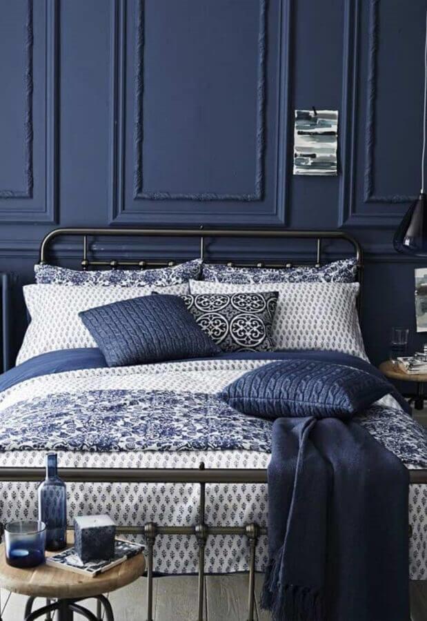 quarto azul marinho decorado com boiserie e cama de ferro Foto My Karma Stream