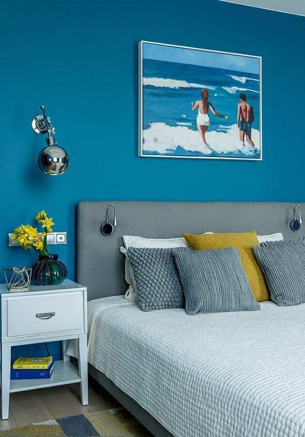 quarto azul turquesa simples decorado com cabeceira cinza Foto Pinosy