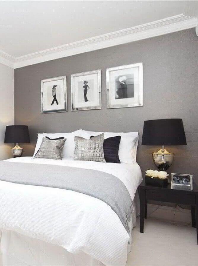 quarto cinza e branco decorado com abajur e criado mudo preto Foto Deavita