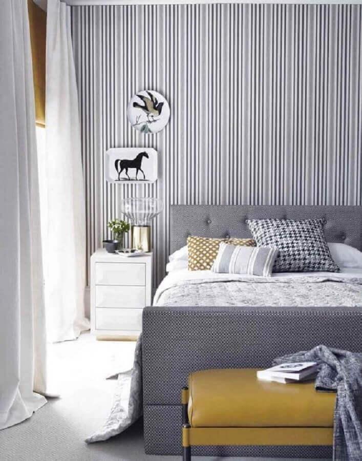 quarto cinza e branco decorado com papel de parede listrado e cabeceira estofada Foto Air Freshener