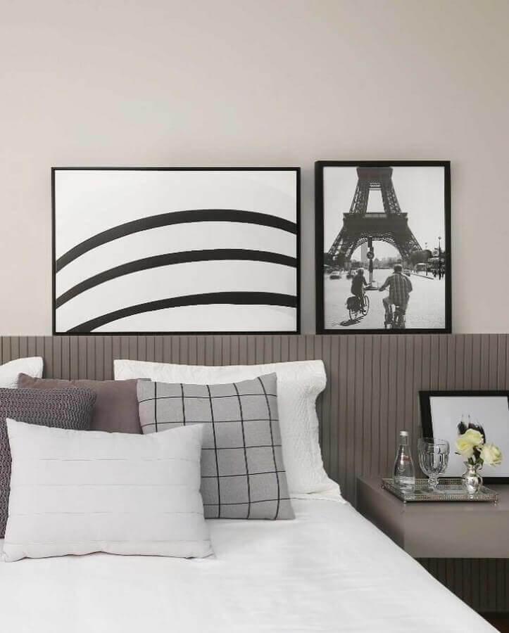quarto cinza e branco decorado com quadros na cabeceira da cama Foto Simone Saccab