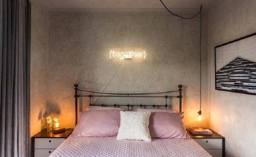 quarto cinza e rosa decorado com letreiro de led e parede de cimento queimado Foto Studio Boscardini.Corsi