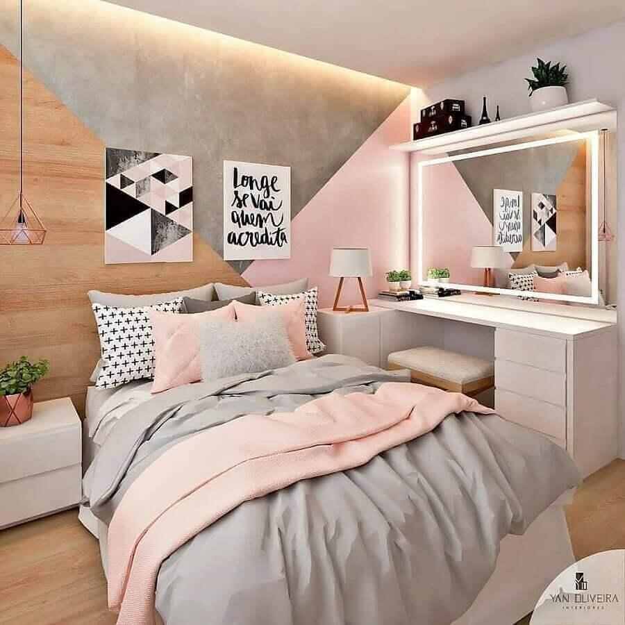 quarto cinza e rosa decorado com revestimento de madeira e penteadeira branca Foto My Social Mate