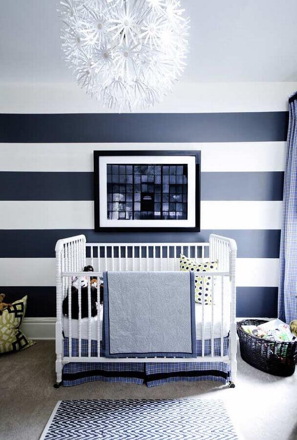 quarto de bebê azul marinho e branco decorado com papel de parede listrado e berço branco Foto Pinterest