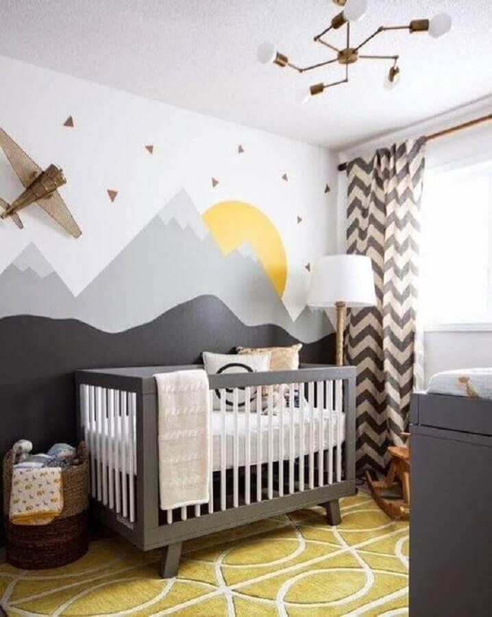 quarto de bebê cinza decorado com adesivos de parede e cortina estampada Foto Pinterest
