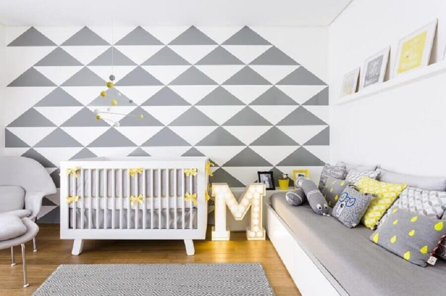 quarto de bebê cinza decorado com detalhes em amarelo Foto Nicole Moas Arquitetura