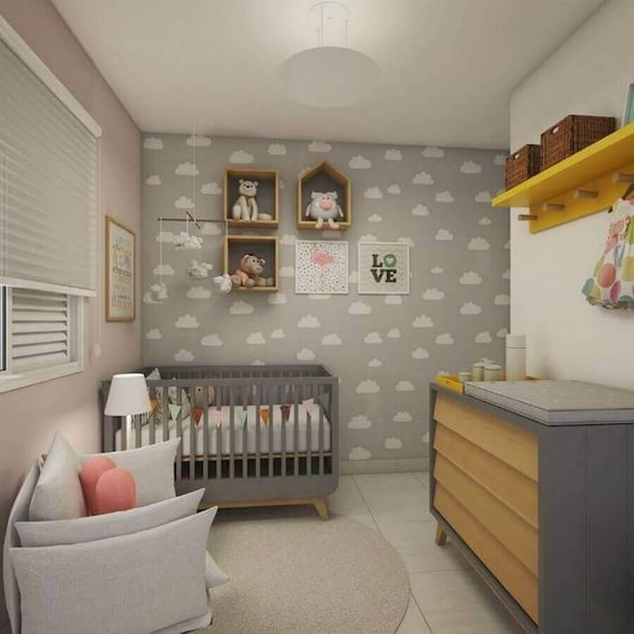 quarto de bebê cinza decorado com papel de parede com estampa de nuvem Foto HGTV Decor