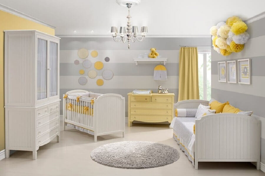 quarto de bebê cinza e amarelo decorado com tapete redondo e papel de parede listrado Foto Construção e Design