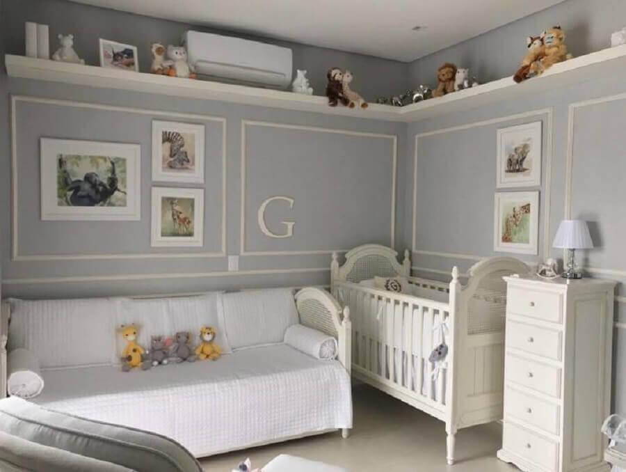 quarto de bebê cinza e branco decorado com boiserie Foto Duda Senna