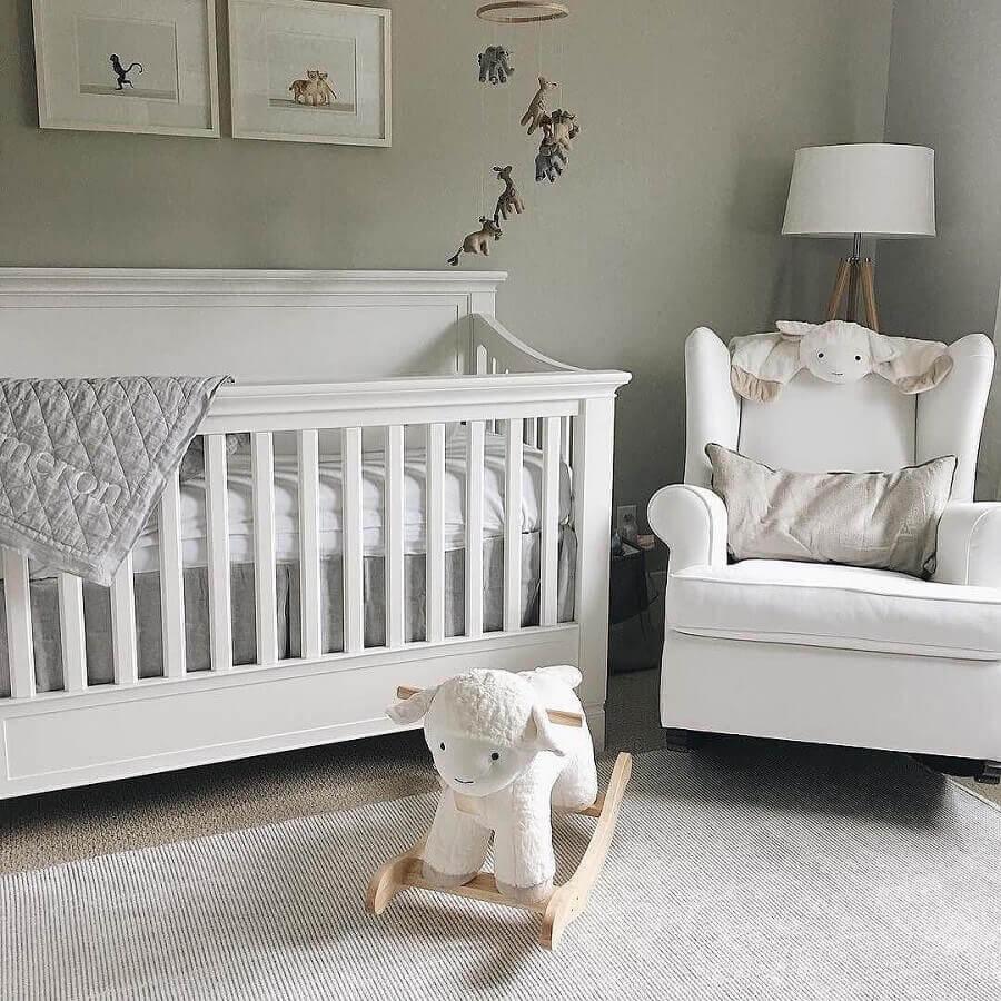 quarto de bebê decorado com cadeira de balanço infantil Foto Pinosy
