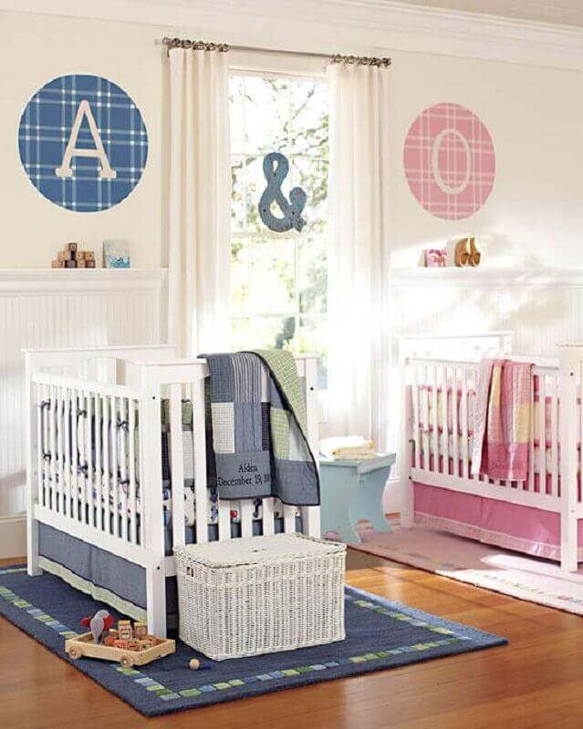 quarto de bebê gêmeos casal decorado com detalhes em rosa e azul Foto Pequena Mila