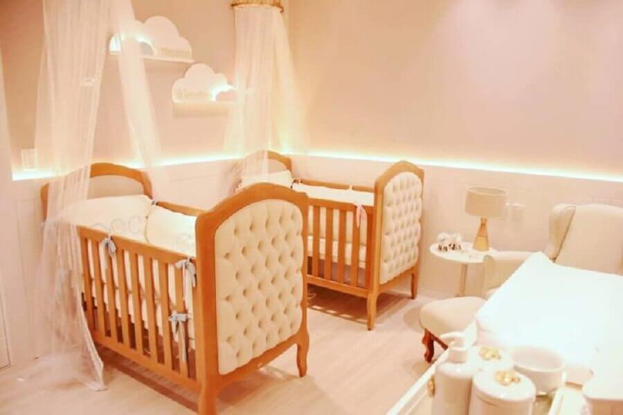 quarto de bebê gêmeos feminino decorado com berço de madeira com acabamento capitonê e luminária de nuvem Foto Gracioli Kids Moveis Infantis