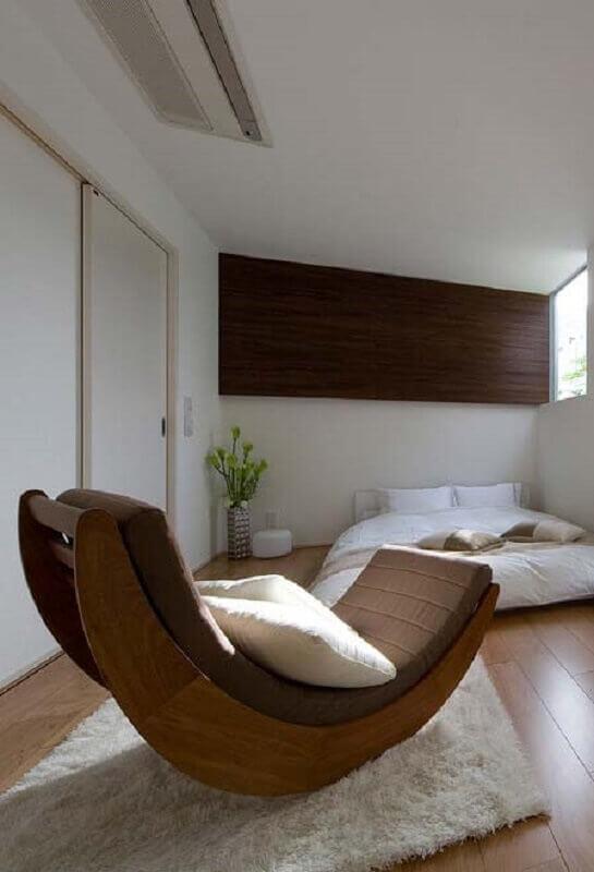 quarto de casal decorado com tapete felpudo e cadeira de balanço moderna Foto Pinosy