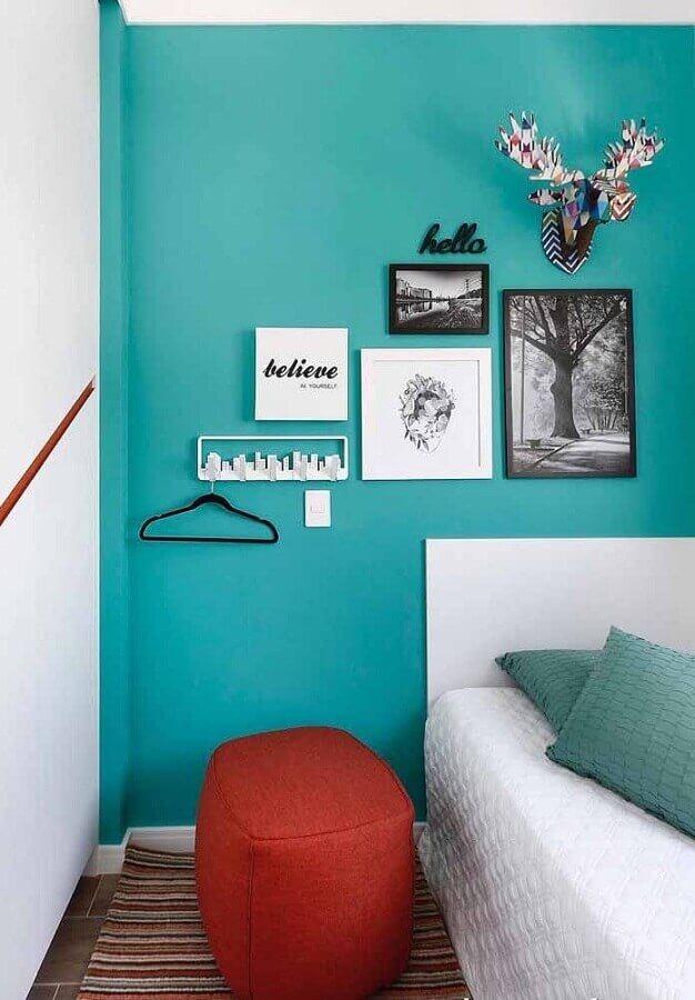 quarto decorado com parede verde água e puff vermelho Foto Zozu