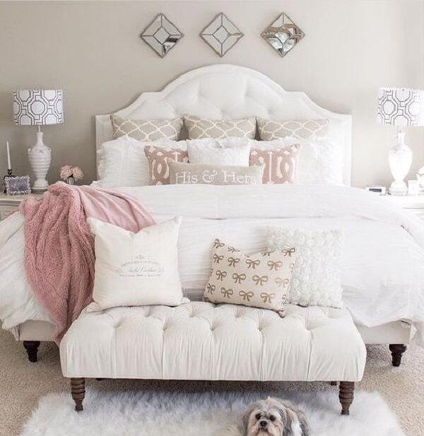 Recamier ao pé da cama em capitonê branco