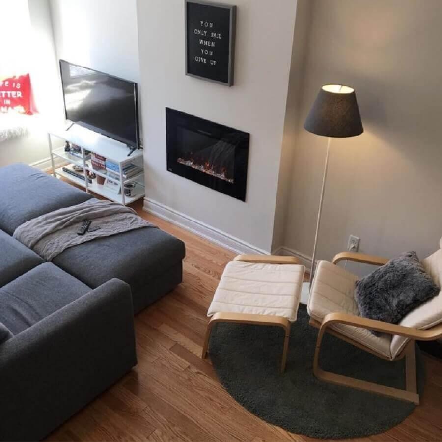 sala de estar decorada com sofá cinza e lareira elétrica de embutir Foto Ana Paula Buttelli