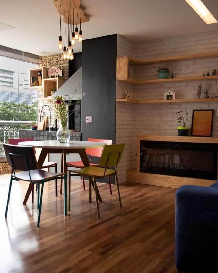 sala de jantar ampla decorada com lareira elétrica com aparador e parede de tijolinho à vista Foto Marcenaria Cedrus Decor