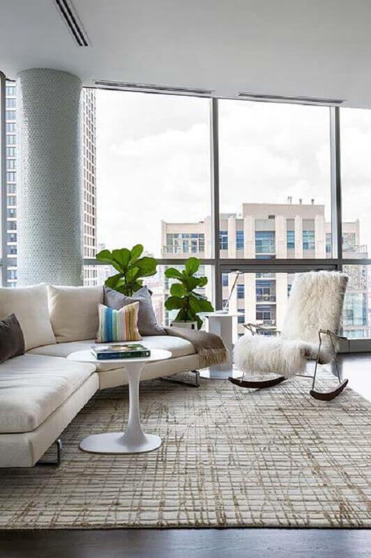 sala moderna decorada com sofá de canto e cadeira de balanço Foto Zozu