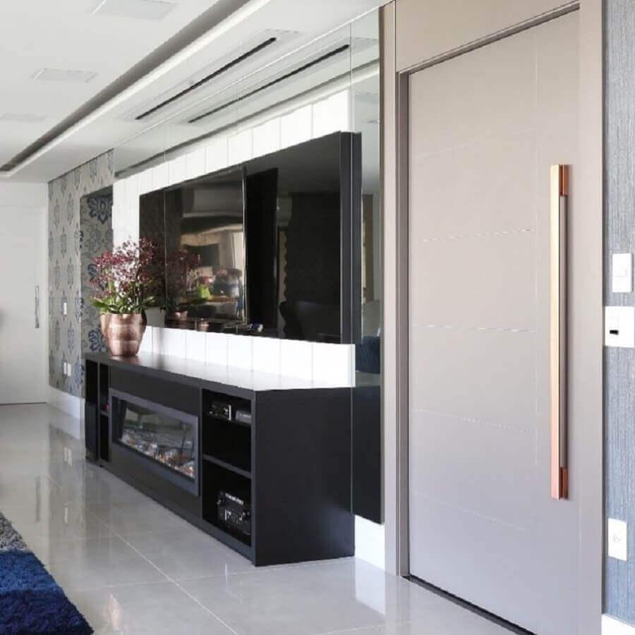 Sala preta decorada com lareira elétrica