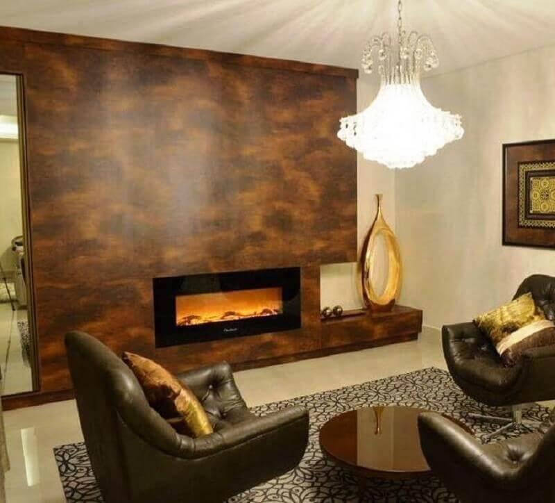 salas decoradas com poltronas marrom e lareira elétrica de embutir Foto Arquidecor