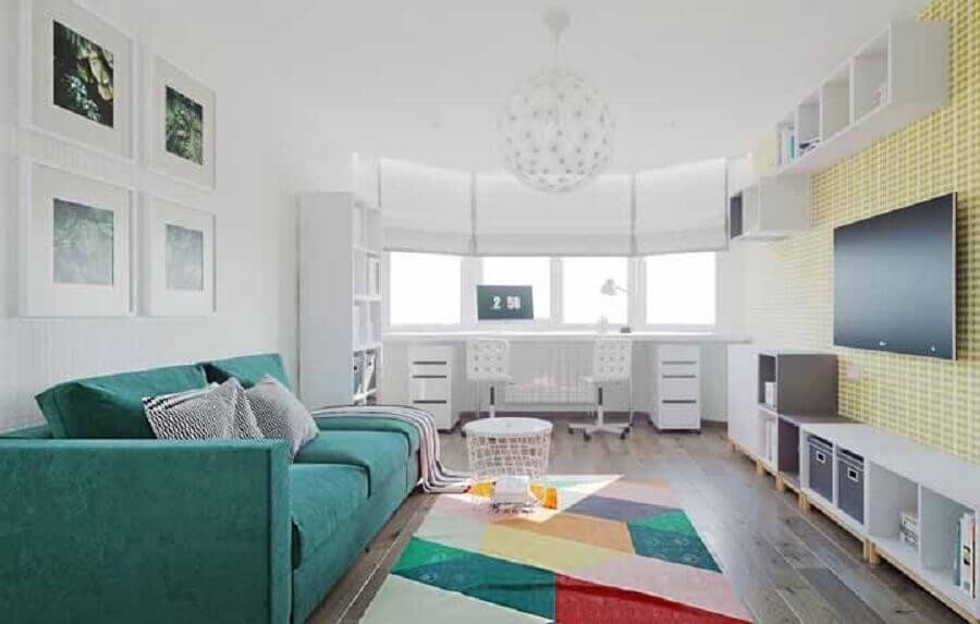 sofá verde água para decoração de sala ampla com tapete colorido Foto Pinterest