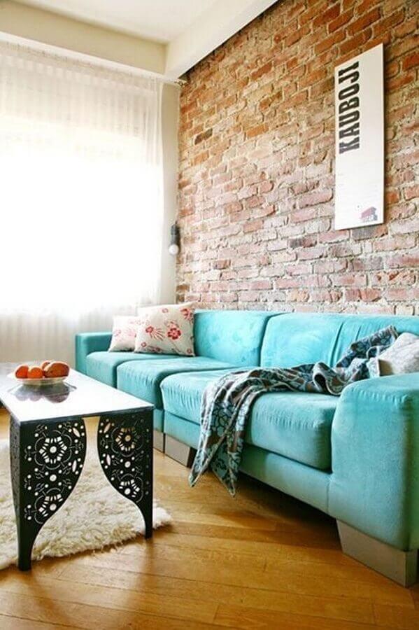 sofá verde água para decoração de sala com parede de tijolinho à vista Foto Home Decoration Ideas