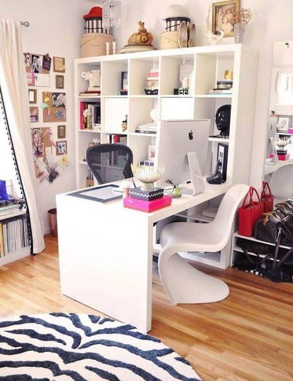 A área de estudos ganha um móvel encostado na parede com livros e objetos decorativos