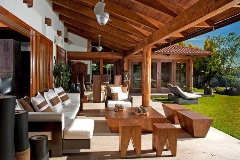 A casa rústica tem como elemento principal a madeira