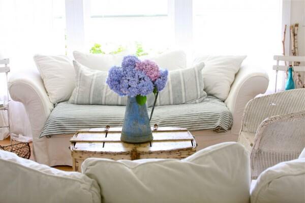 A cor das plantas artificiais transmitem alegria para o ambiente da sala de estar