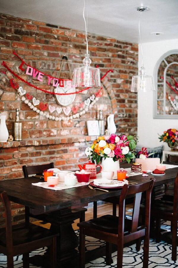 A decoração de dia dos namorados pode se estender na mesa de café da manhã. Fonte: Pinterest
