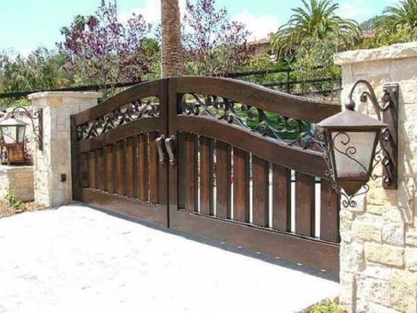 A madeira é usualmente utilizada no portão para entrada de chácara